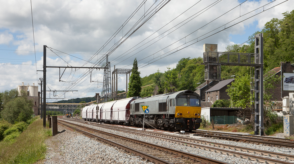 Railtraxx 1266 035 D-DISPO on the limestone loads 61441 (Hermalle 11:25 - Kinkempois 11:47) waits for track space on the main in Hermalle s/Huy.