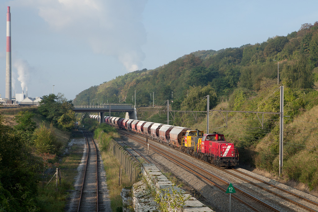 DBS-NL 6515 and 6509 power the loaded limestone train 48640 (Hermalle s/Huy - Veendam/NL) past the Prayon plant in Engis.