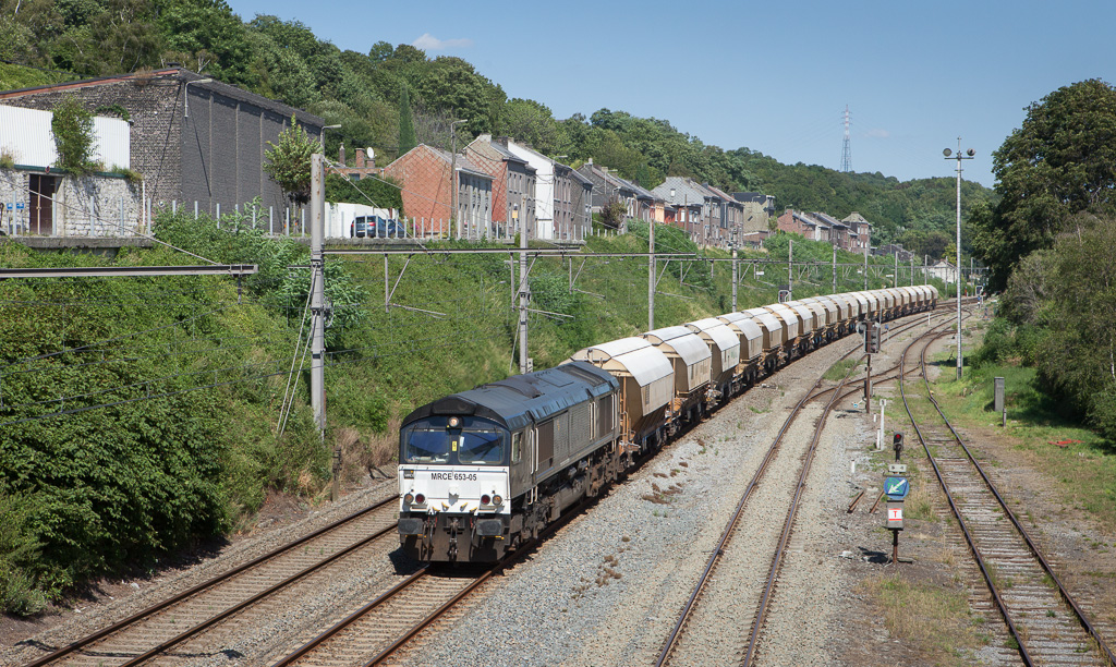 Railtraxx 653-05 brings the limestone empties 49667 (Beverwijk/NL - Hermalle s/Huy) through Engis.