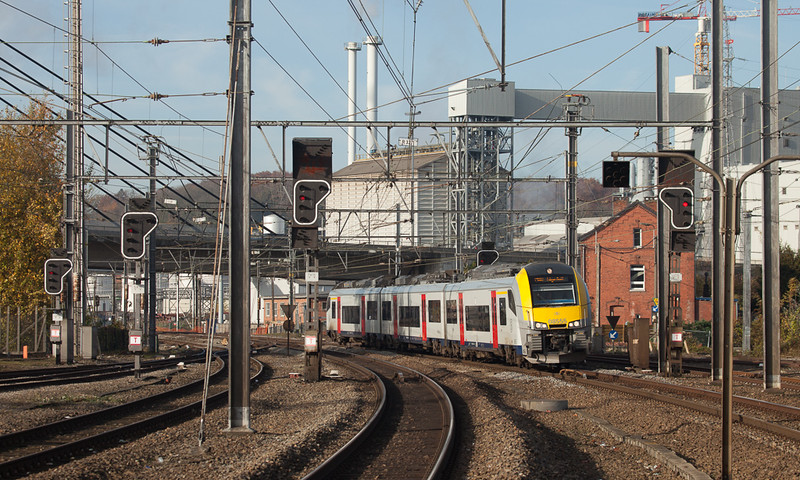 In 2014 the new Desiros started to invade the valley in small numbers. Here AM08 08555 arrives in Statte eastbound.