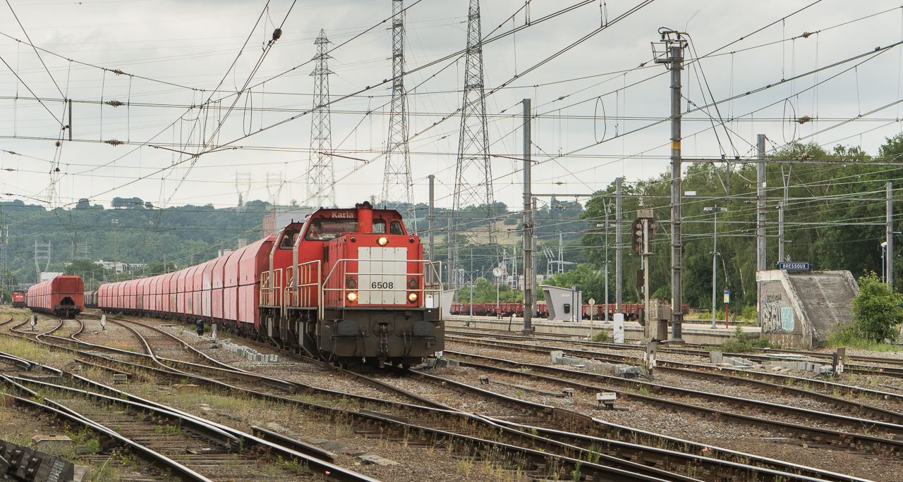 DBS-NL 6504+6508 are departing Bressoux with the limestone empties 60409 (Bressoux - Jemelle).