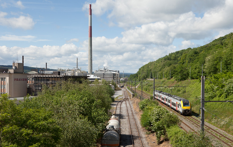 In 2014 the new Desiros started to appear in the valley. As one of the first AM08 08512 is seen here passing the Prayon SA works in Engis.