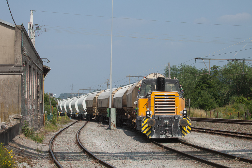 Dumont-Wautier 08 is switching loaded limestone cars for tomorrow's 48640 (Hermalle s/Huy - Veendam/NL) in Hermalle s/Huy.