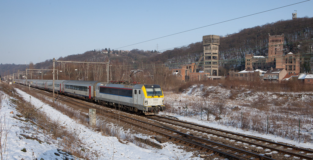 1806 leads an IC-O (Vise - Ostende) past the old Hasard Cheratte coal mine.