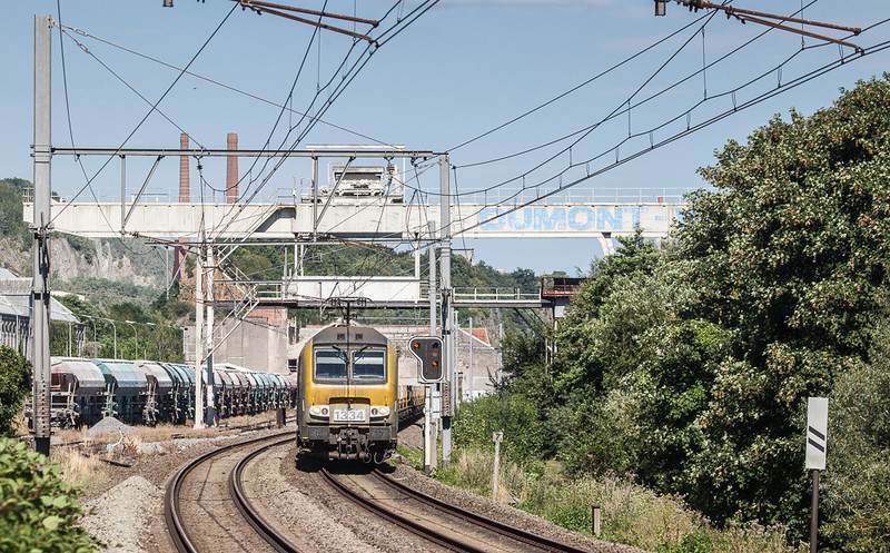 1334 + 1343 on the southbound slabs 33741 (Genk-Zuid - Chatelet-Formation) passes the Usine de Flone.