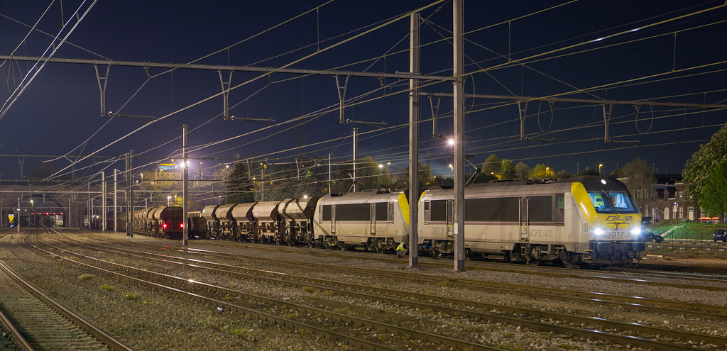 CFL 3017 + 3018 on the 48871 (Born/NL - Bettembourg-Marchandises/L) in Vise-Bas. This is a coal flow being run in conjunction with Captrain. One of their 66s shuttles the traffic between Born and Vise-Bas where CFL takes over for the nocturnal part of the trip via Gouvy. In this view 3017 and 3018 have tied onto the loads after dropping the empties under Vise's floodlights and are ready to pull south.