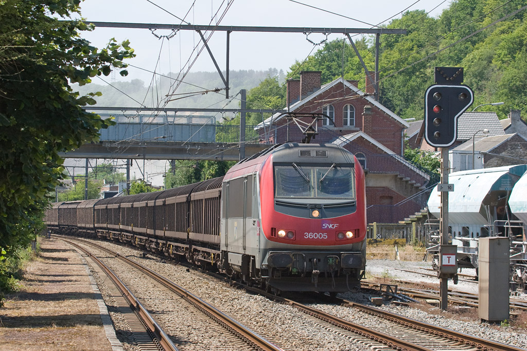 The French Astride engines, close relatives to the Belgian class 13s, routinely come down the Meuse valley as far north as Kinkempois in Liege. Here, 36005 pulls the daily Wembley/GB - Gremberg/D train through Hermalle-sous-Huy. Note the low British profile of the cars compared to the engine.