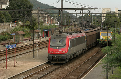 French Astride 36019 brings a Wembley/UK-bound freight through Flemalle Haute. The Astrides (Asynchrone Tritension) are a common sight in French-Belgian service. In the distance the train can be seen swinging off the freight line L125A from Kinkempois.
