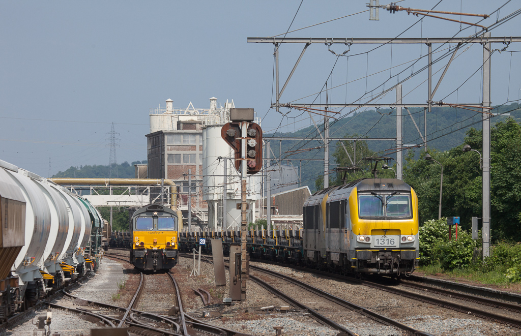 1316 and 1315 bring the slab train 33741 (Genk-Zuid - Chatelet-Formation) past Railtraxx 3 650 015-2 (66012) in Hermalle s/Huy.