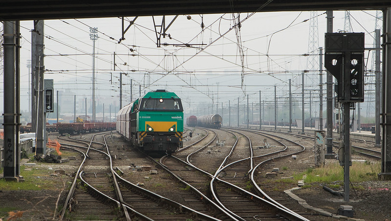 Railtraxx G2000 leaving Bressoux with the limestone empties 60413 (Bressoux - Hermalle s/Huy).
