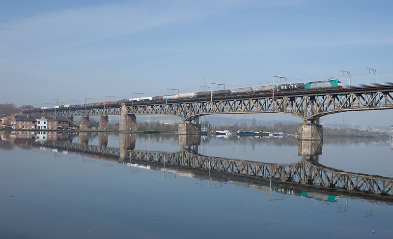 2843 leads the 44533 (Antwerpen-Noord - Gremberg/D) eastbound across the Pont des Allemands in Vise.