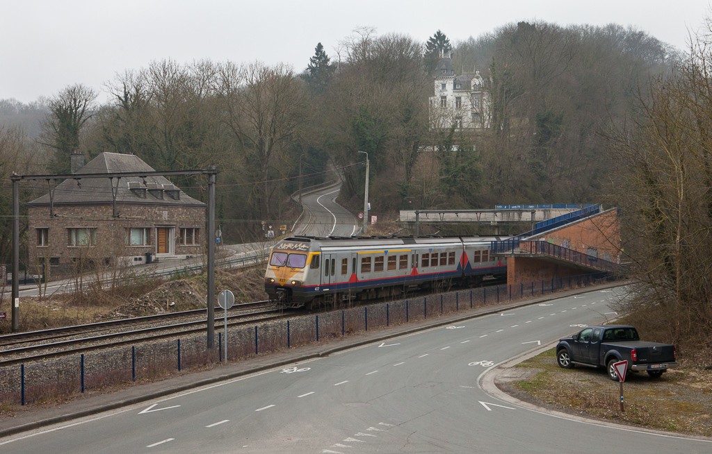AM80 437 Liege-G - Maastricht/NL passes the little chateau in Hermalle. Once a prominent sight on postcards from before WWI, today the building is only visible in the winter months when the trees are bare.