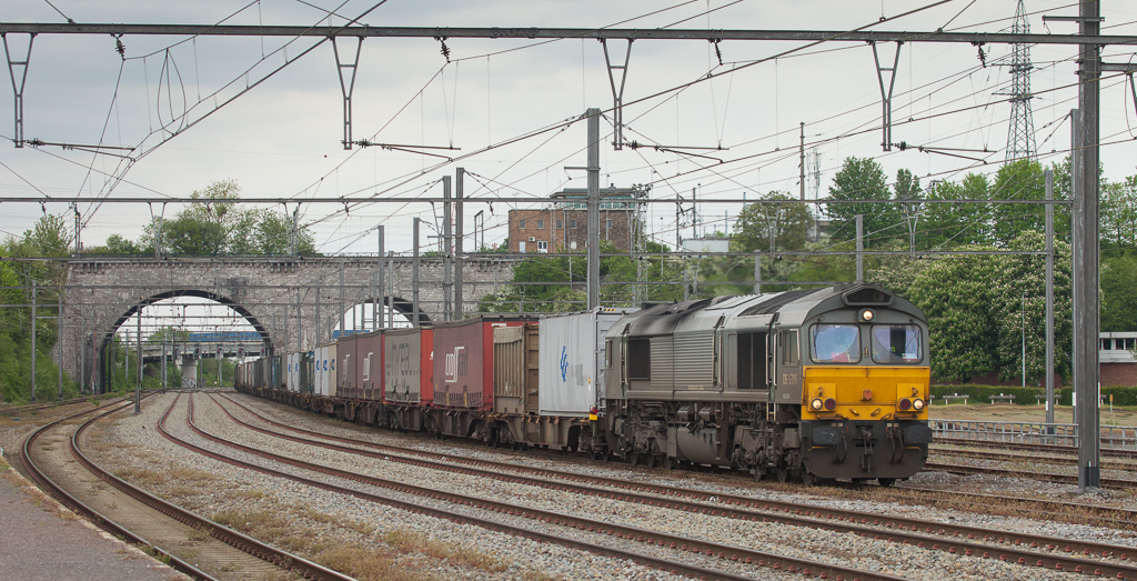 Crossrail DE 6306 brings the 48542 (Geleen-Lutterade/NL - Sittard/NL - Vise - Novara/I) into Vise to reverse direction onto the L24.