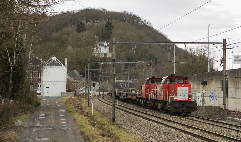 DBC-NL 6509+6507 bring the empty coil train 47509 (Kinkempois - Bremen/D) past the old station building in Argenteau.