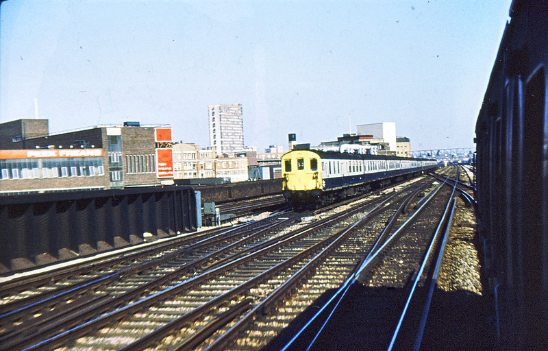 1013 & 1017 approaching London Bridge 1 Jul 76