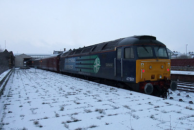 47501 at Workington with a snowy platform end, 06/01/10.