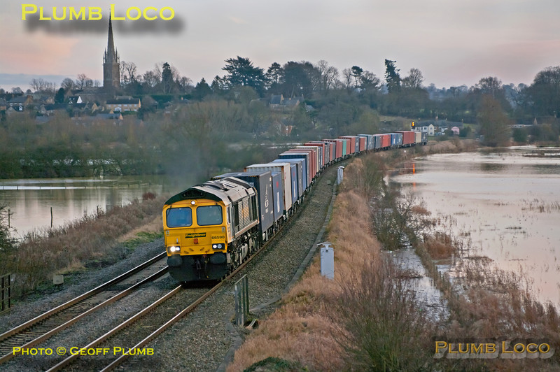 In the last of the afternoon light, Freightliner 66590 heads north at King's Sutton across the River Cherwell flood plain with 4M61, the 12:54 from Southampton to Trafford Park. 15:16, Friday 21st December 2012. Digital Image No. GMPI13306.