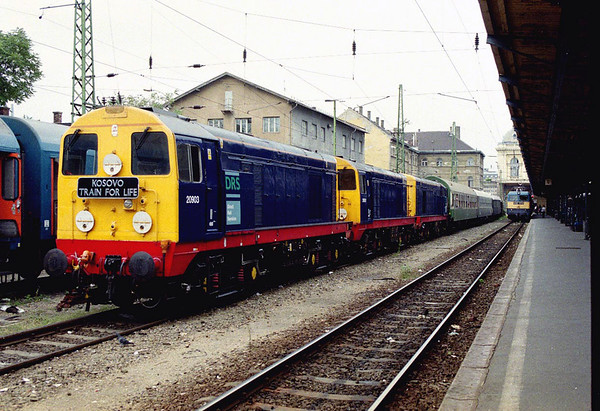 "20/09/1999  the ""KOSOVO, TRAIN FOR LIFE"" train arrived to the Budapest Keleti station with class 20/9 diesel locomotives: 20903 + 20901 + 20902"
