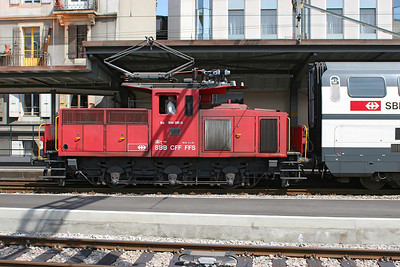 0-6-0 electric shunter 934 551 heads into Geneva station with coaching stock. 30th May 2007.