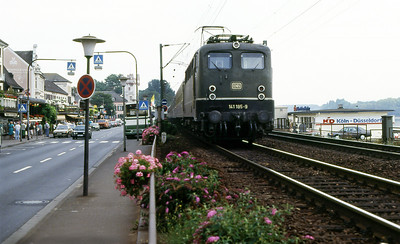 141 185 runs alongside the street at Rudesheim with a northbound stopping service. Spring 1991.