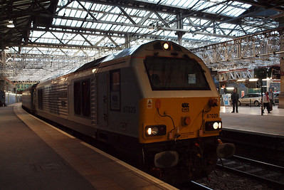 67029 Royal Diamond sits in Edinburgh Waverley station with 2K13, the 1708 circular via Glenrothes.