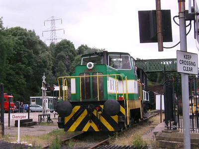 Louise (Hunslet 6590/1967) departing the platform and approaching the level crossing