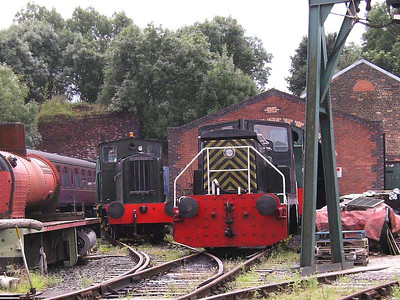 The only shot I was able to get of War Department 72229 (Drewry 2184/1945), seen on the left with Earl of Strafford on the right