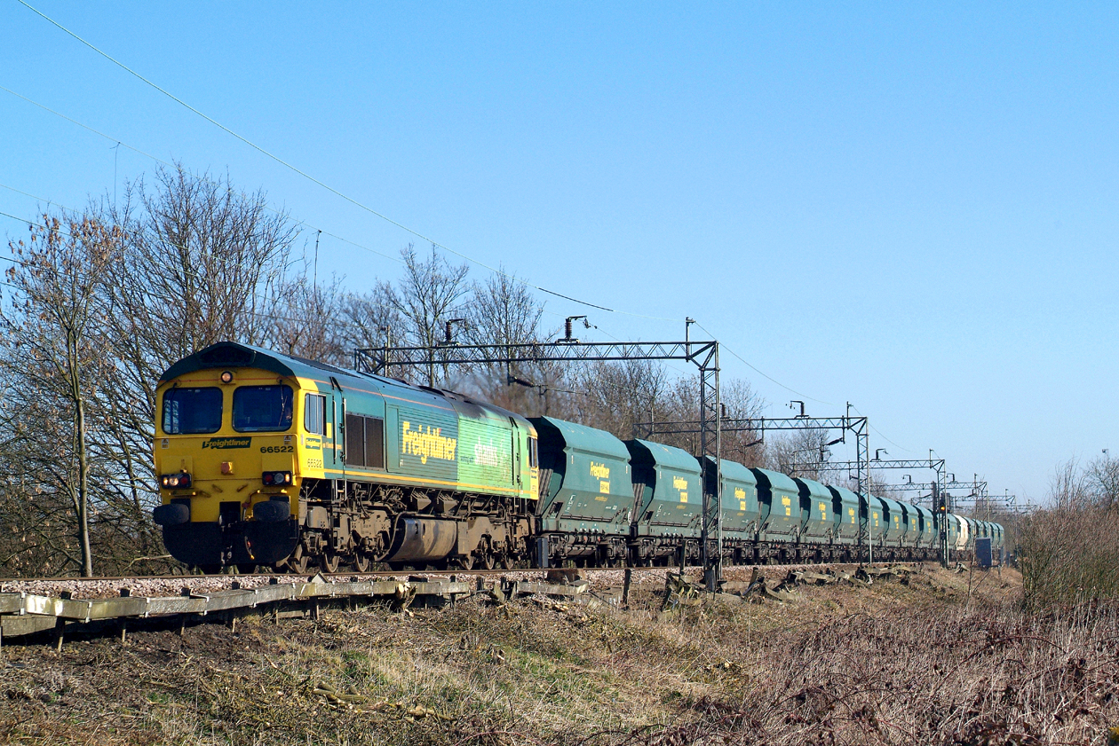 """66522 """" one-off """" trial run by Freightliner which came to nothing. Terling Rd.6.3.2009 10.24hrs. 6V79 ex Marks Tey."""