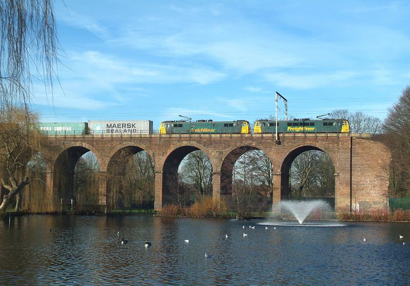 86607+86610 Chelmsford Park 11.2.2016. 10.43hrs. 4L41 04.11 Crewe BH SSM-Felixstowe N.FLT.