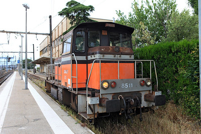 Shunter 8511 departs the bay platform at Avignon. 01/06/2011