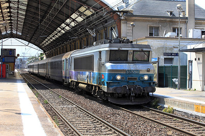 Bo-Bo Electric 507290 stands at Avignon on a service to Gare de Lyon Part-Dieu. The leading pantograph will be lowered on departure. Wednesday 1st June 2011.