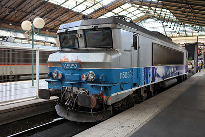 Electric 115053 in en voyage livery stands on the blocks at Gare du Nord. 04/06/2011