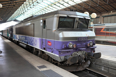 Electric 115053 in en voyage livery stands on the blaocks at Gare du Nord. 04/06/2011