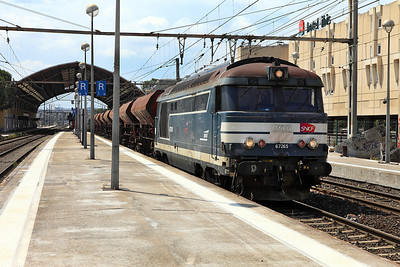 Bo-Bo Diesel 67265 in service with Infra runs through Avignon with an engineers train. 01/06/2011