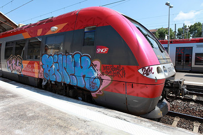 Although lots of structures and trains seemed to have been 'tagged', EMU 27871 displayed a really shocking case of vandalism at Avignon. 01/06/2011