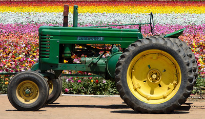 Yes sir, that's a John Deere. But then, you knew that just from the color right? ;-)