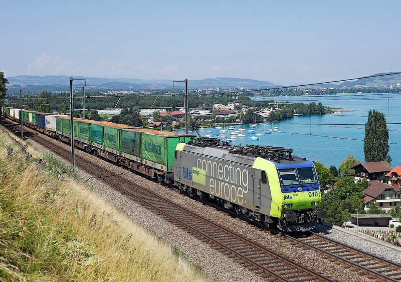 485010 on a Block train bound for Italy seen passing lakeThun at Einigen<br /> 20/08/2011