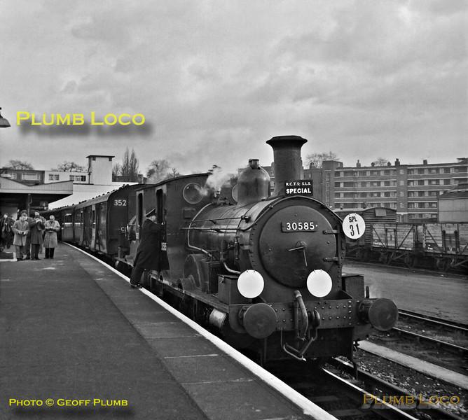 30585 & 30587, Surbiton, 16th December 1962