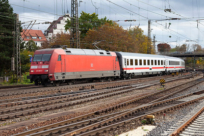 101 085 enters Ulm from the south on a northbound Intercity service. 26th October 2009.