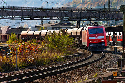 152 015 passes through Geislingen (Steige) on a northbound mixed freight. 27th October 2009.
