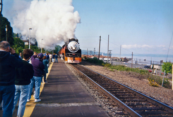 Southern Pacific Daylighter 4449 arrives at the old Everett depot in 1996.