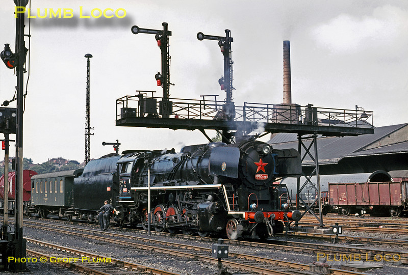 At Zittau in southern East Germany, the crew of CSD (Czech State Railways) Class 556 2-10-0 No. 556 0280 make the most of a signal stop to polish up their engine even more! It is at the head of a cross-border mixed freight train bound for Liberec in Czechoslovakia, Monday 13th September 1971. Slide No. 7568.