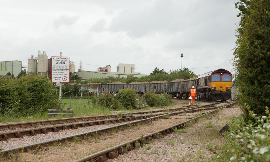 EWS 66012 shunts the 7U71 (13:31 Cliffe-Stewarts Lane sand in bogie box wagons) in Cliffe, Kent.