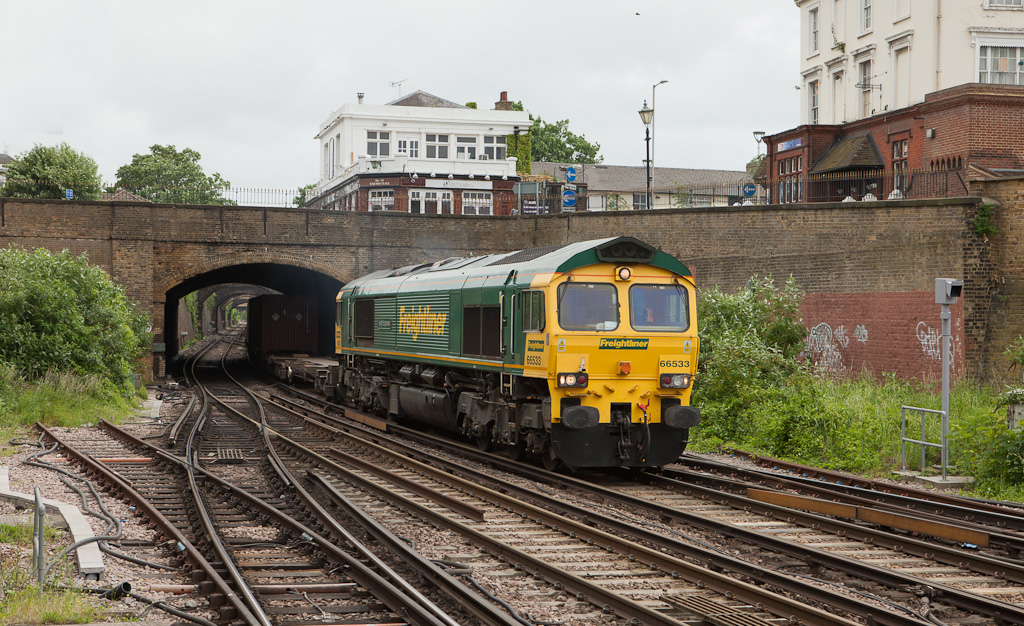 Freightliner 66533 with the 4E24 (10:39 Thamesport (Grain) - Leeds) Freightliner in Gravesend Central.