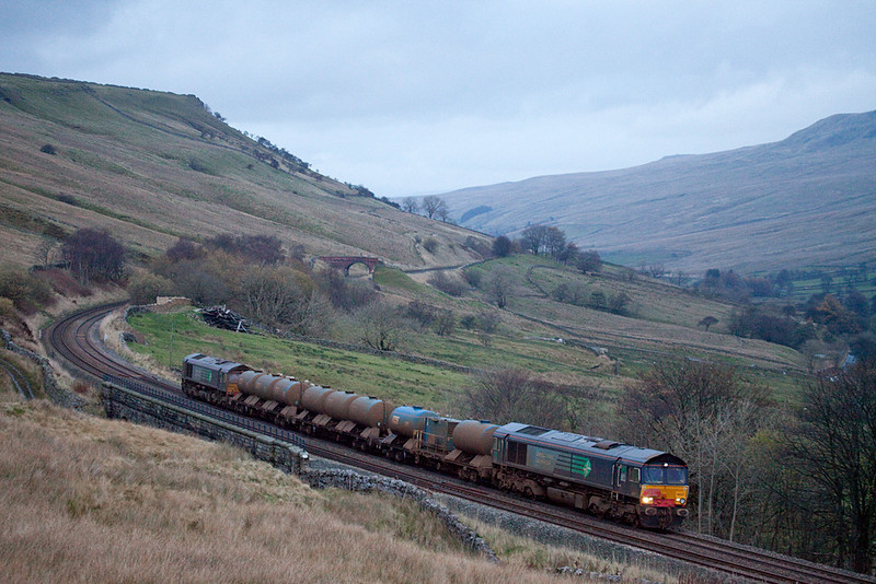 DRS 66437 with the railhead treatment train in Ais Gill.