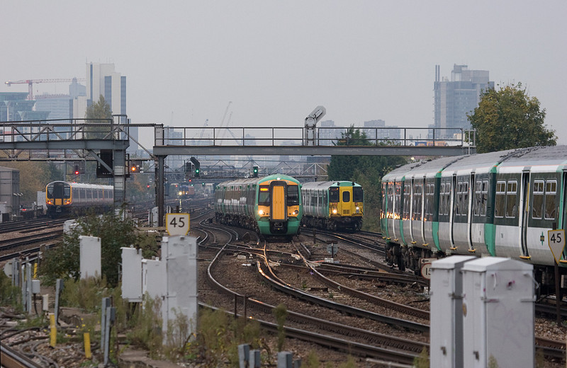 Southern und Southwest Trains EMUs in Clapham Junction. If you like EMUs, Clapham is the place to be!
