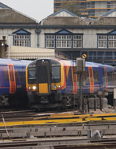 450 019 races through Clapham Junction on its way to Waterloo station.