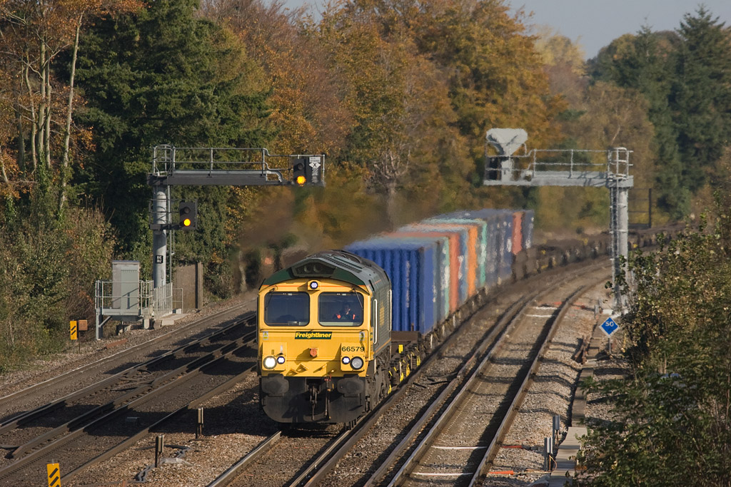 Freightliner 66579 with the 4O14 05:28 Garston - Southampton approaching Worting Junction.