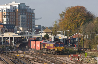 EWS 66076 with the 4M33 08:10 Southampton - Burton on Trent intermodal in Basingstoke, turning towards Reading.