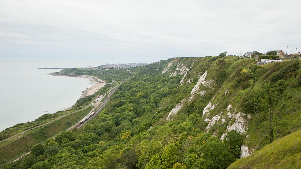 Southeastern Trains 377 between Dover und Folkestone passing underneath the Cliff Top Cafe (on the right). View towards Folkestone.